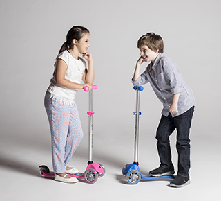 Globber's PRIMO 3-wheel scooters for kids are safe scooters for kids to start scooting thanks to Globber's patented steering lock button. Easily lock the steering of the front wheels to quickly learn to balance! All Globber's PRIMO 3-wheel kids scooters offer ight-up scooter wheels, which are battery-free!