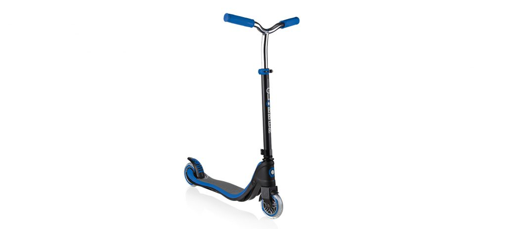 Globber's FLOW 125 2-wheel scooter comes in 5 different designs and colour (blue, red, green, ruby and black) and can be upgraded with battery-free dynamo lighting wheels flashing in green, blue & red. It is the perfect first 2-wheel scooters for all kids and teens aged 6+.