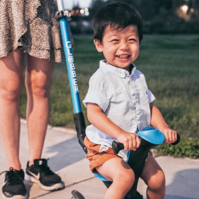Thumbnail - Kid enjoys his Globber GO UP DELUXE sky blue scooter with seat